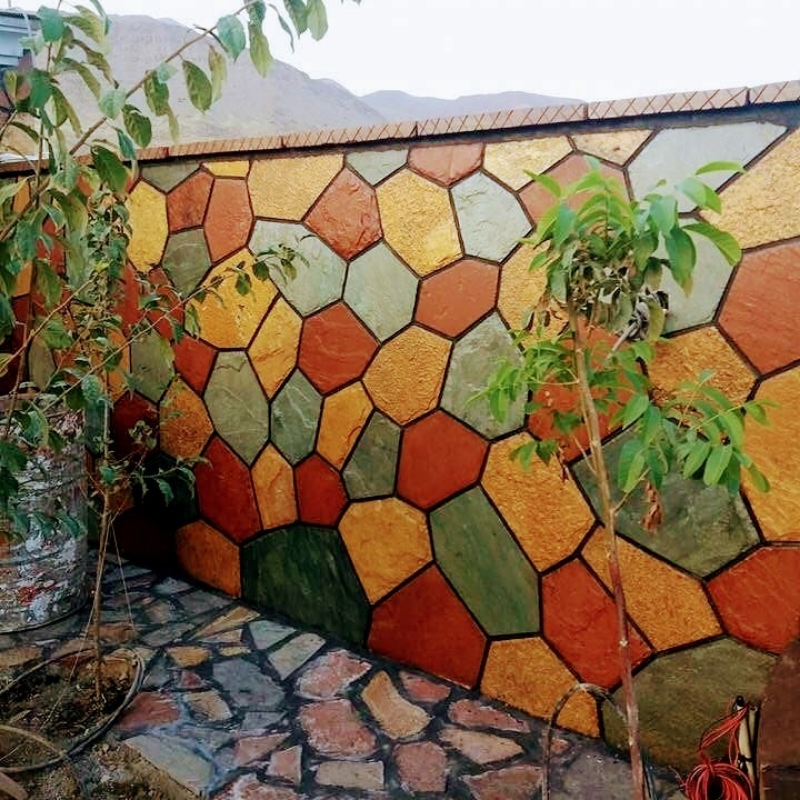 اجرای دیوار ویلا با سنگ ورقه ای بصورت چکشی طبیعی